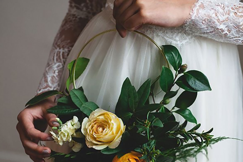 4376377360e1 Una tendencia floral 2017 que debes de conocer  Hoop Bouquets – The ...