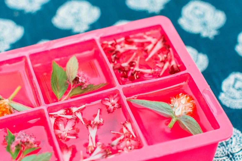 Floral ice cubes, una increíble idea para tu despedida de soltera