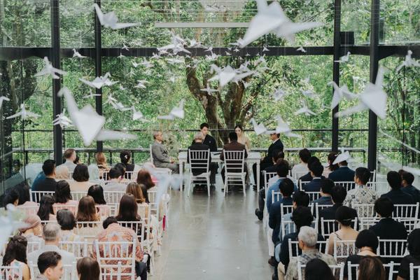 ceremonia de bodas con decoracion moderna